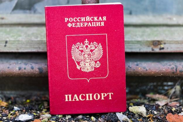 Паспорт россии лежит на старом подоконнике. жилищные проблемы. фото высокого качества
