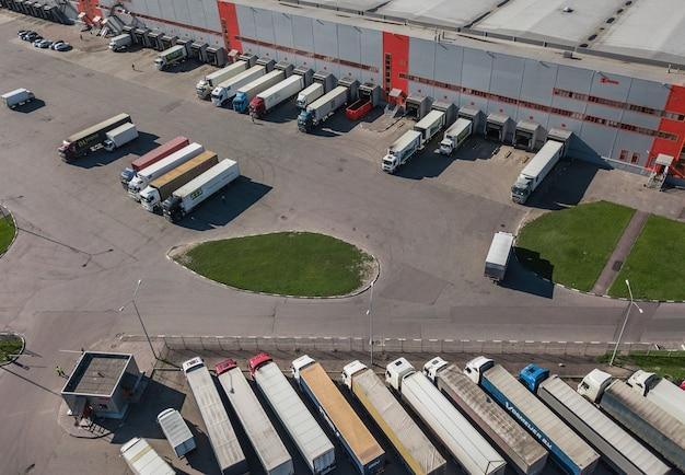 러시아, 상트페테르부르크, 2017년 8월 - 물류 센터에 적재하는 트럭의 항공 보기
