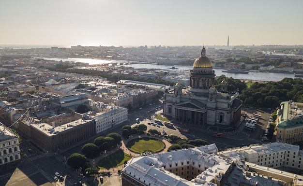 Россия, санкт-петербург, июль 2018 - вид с воздуха на исаакиевский собор в санкт-петербурге до заката