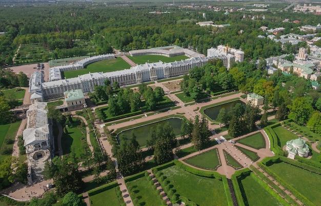 Россия, санкт-петербург, июнь 2017 - вид с воздуха на екатерининский дворец и екатерининский парк