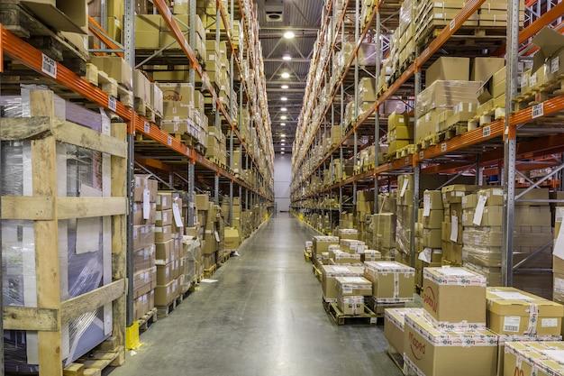 ロシア、サンクトペテルブルク、2017年5月-箱や商品でいっぱいのラックがある倉庫の内部