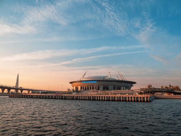 ロシア、日没時のゼニスアリーナフットボールスタジアムのサンクトペテルブルクビュー
