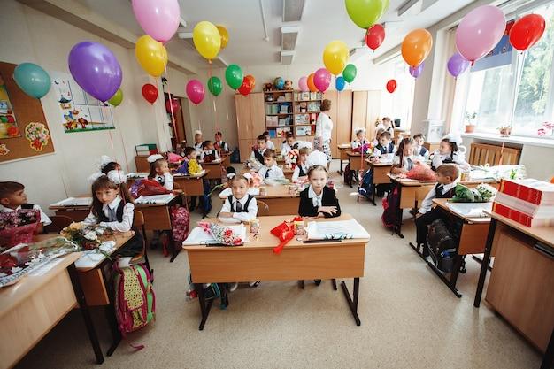 Россия. сибирь, март 2017. дети в школе в классе сидят за партами.