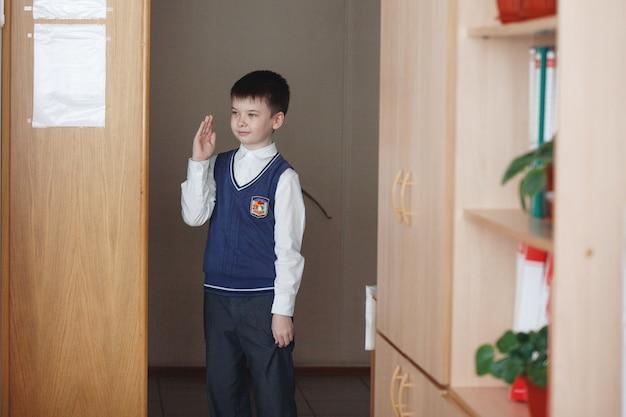 러시아. 2017년 3월 시베리아. 교실에서 책상에 앉아 있는 아이들