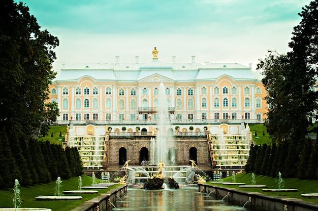 Россия санкт-петербург петергофский дворец и фонтан большой каскад