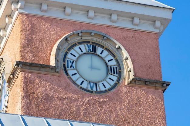 ロシア。ヴィボルグ。 03.03.2021ヴィボルグの塔にある古いヴィンテージ時計。高品質の写真