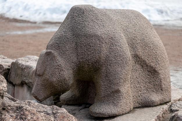ロシア。ヴィボルグ04.04.2021街の公園にあるクマの石の彫刻。高品質の写真