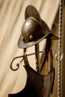 Россия. выборг. 20.08.2020 средневековые рыцарские шлемы лежат на природе. летний фестиваль рыцарей