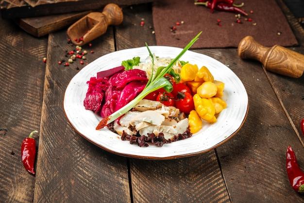 Русская закуска с маринованными овощами на деревянном деревенском фоне