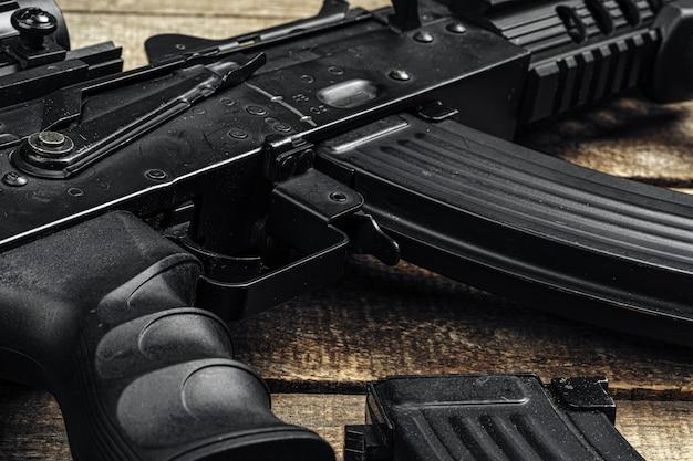 Российская автоматическая винтовка ак-47 крупным планом, военное оружие