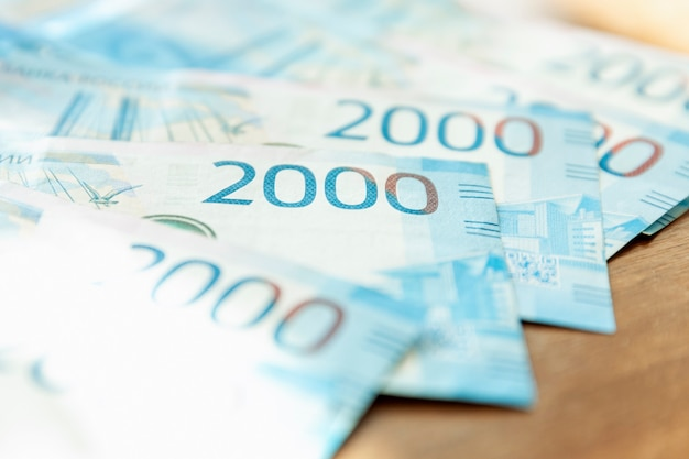 2,000 루블의 러시아 지폐가 테이블 위에 있습니다. 확대. 선택적 초점입니다.