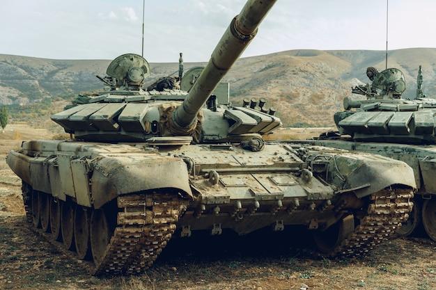 Русские боевые танки на танкодроме в горах