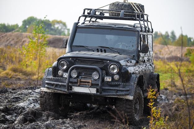 진흙에 러시아 잔인한 오프로드 자동차 uaz