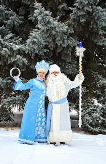 러시아 크리스마스 캐릭터 ded moroz(frost frost)와 snegurochka(snow maiden) 야외