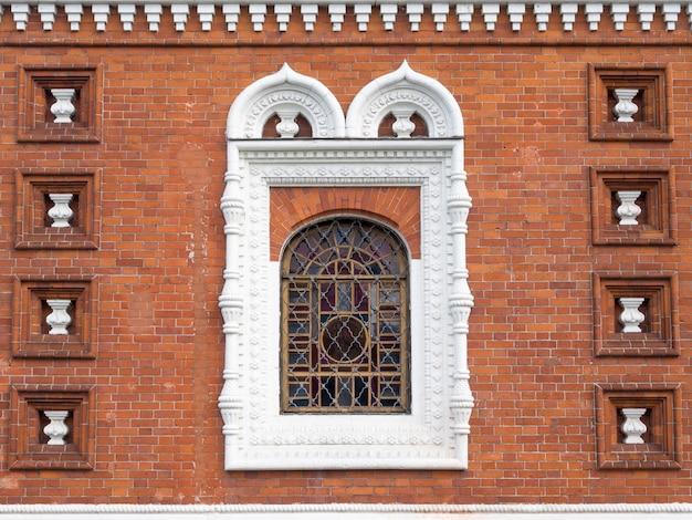 창 및 야로 슬라 블의 전통적인 장식 러시아 교회 벽돌 벽