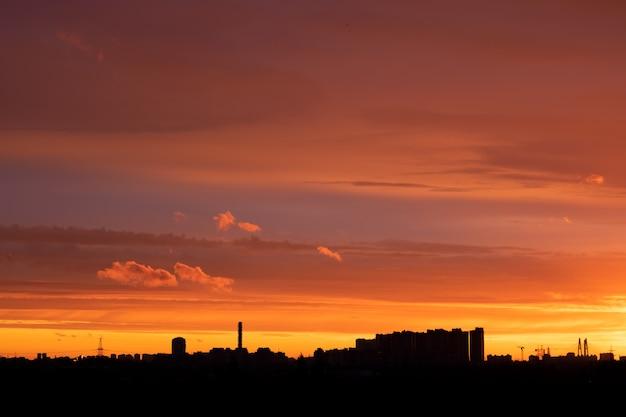 夕暮れ時の建物とカラフルな空とロシアの街。