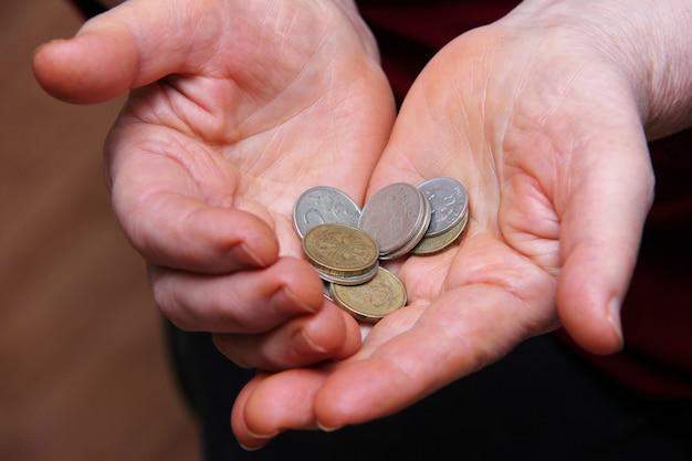 老人の手でロシアのコイン。クローズアップ、セレクティブフォーカス。