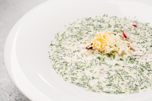 ロシアの冷たいスープオクローシカ