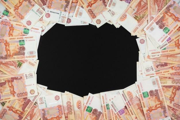 Российская валюта крупным планом лежит на черном фоне