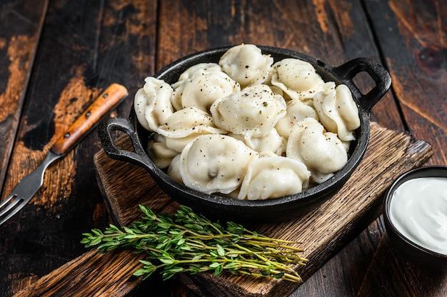 쇠고기와 돼지 고기를 곁들인 러시아 만두 pelmeni