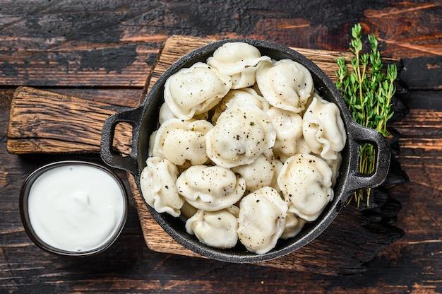 러시아 만두 pelmeni와 쇠고기와 돼지 고기.