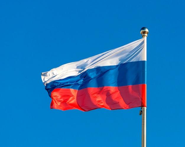 Российский флаг на фоне голубого неба.