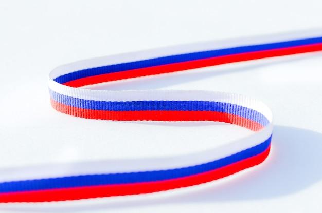 Российский флаг триколор, символ россии. лента окрашена в цвета российского флага. рапс.