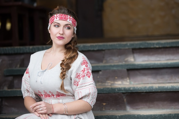 Русская девушка в национальной одежде