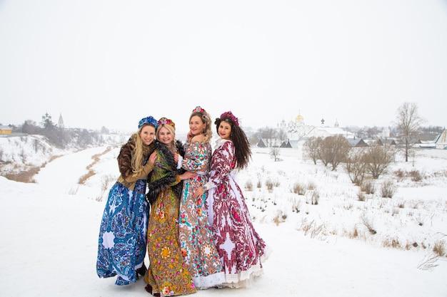 러시아 국립 costumesof 겨울 마을에서 러시아 소녀