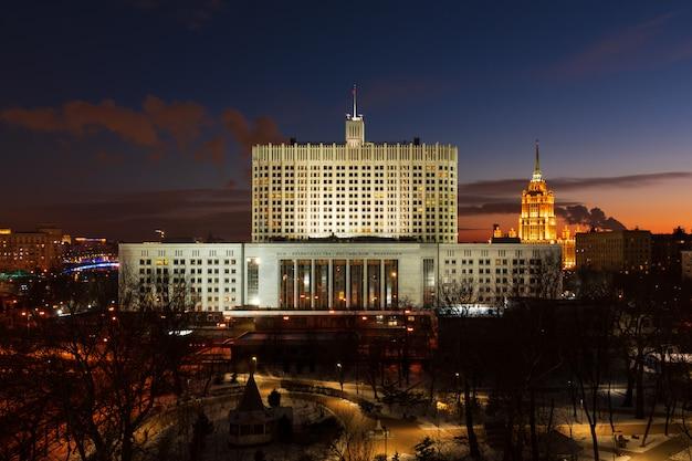 Российский правительственный белый дом в москве ночной вид