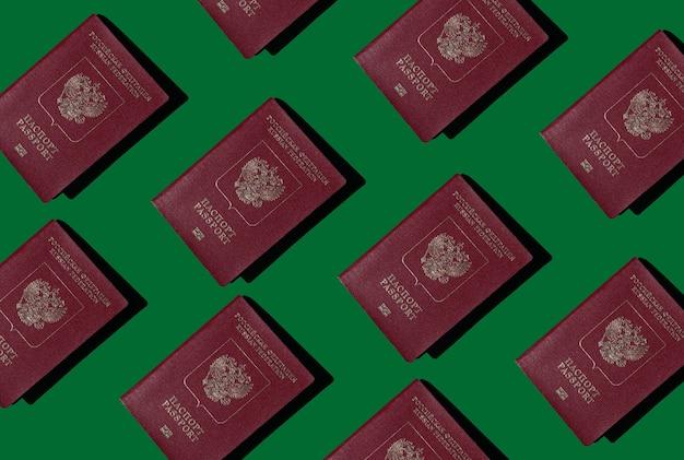Российский загранпаспорт на зеленом фоне документы для выезда за границу или иммиграции