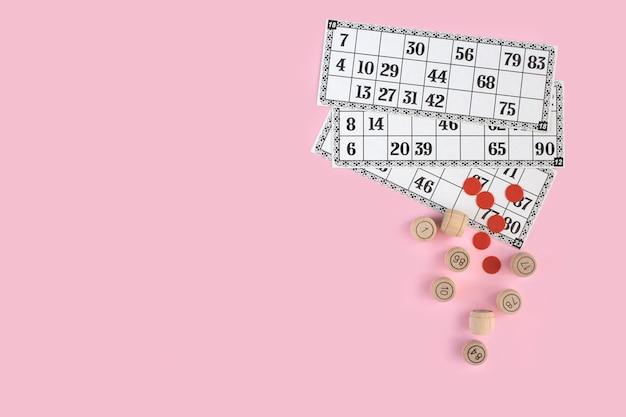 Русское лото на розовой стене вид сверху. концепция настольной игры family home