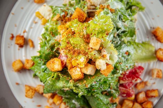 Русский салат малибу с гренками и ветчиной