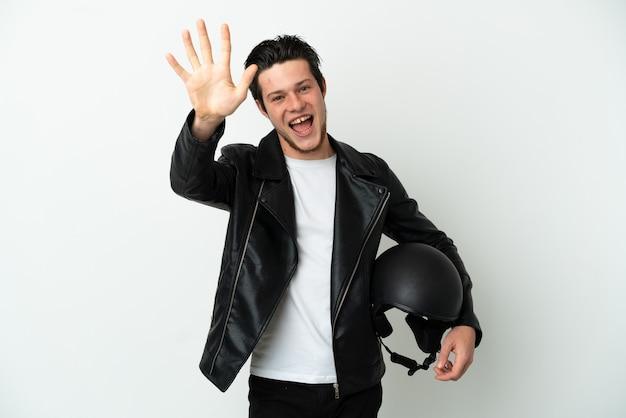 Русский мужчина в мотоциклетном шлеме на белом фоне считает пять пальцами