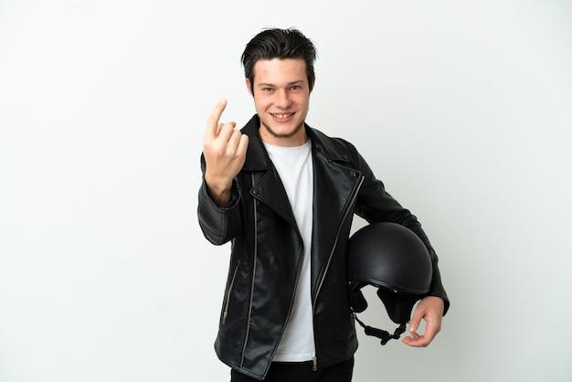 Русский мужчина в мотоциклетном шлеме на белом фоне делает приближающийся жест