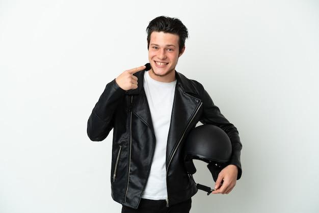 Русский мужчина в мотоциклетном шлеме, изолированные на белом фоне, показывает палец вверх
