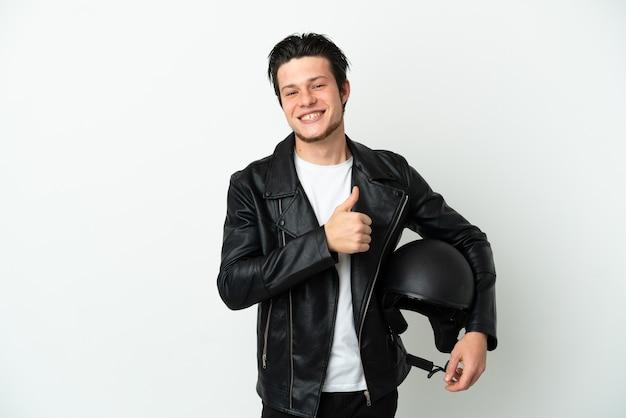 제스처를 엄지손가락을 포기 하는 흰색 배경에 고립 된 오토바이 헬멧을 가진 러시아 남자