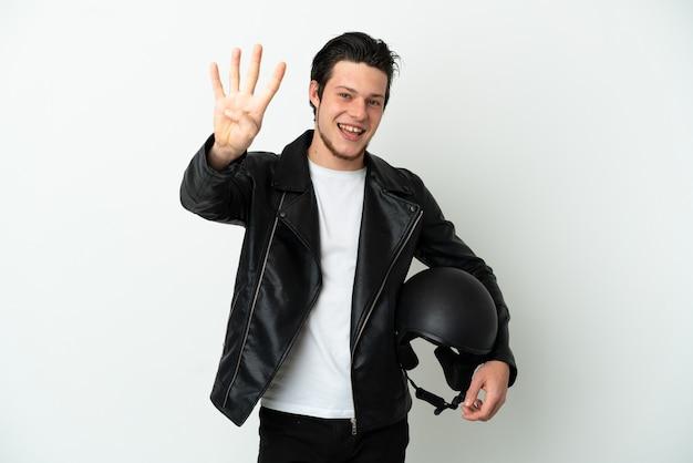 Русский мужчина в мотоциклетном шлеме на белом фоне счастлив и считает четыре пальцами