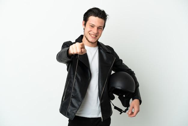 행복 한 표정으로 앞을 가리키는 흰색 배경에 고립 된 오토바이 헬멧을 가진 러시아 남자