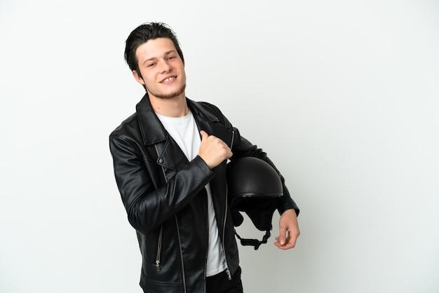 Русский мужчина в мотоциклетном шлеме на белом фоне гордый и самодовольный