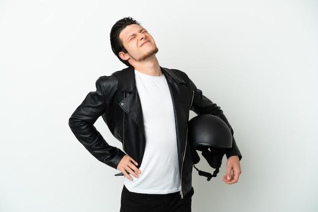 흰색 배경에 격리된 오토바이 헬멧을 쓴 러시아 남자는 노력을 해서 요통으로 고통받고 있다