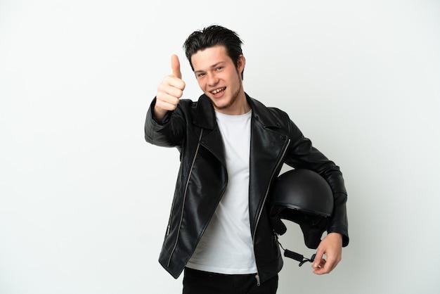 좋은 일이 생겨서 흰색 배경에 고립 된 오토바이 헬멧을 쓴 러시아 남자