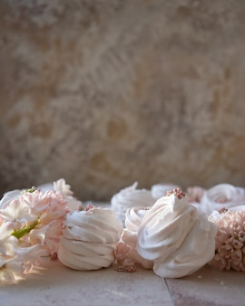 러시아 마쉬 멜 로우와 어두운 배경에 봄 꽃