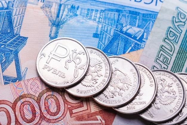 Русские деньги для финансово-экономической концепции. монеты и купюры российского рубля или рубля