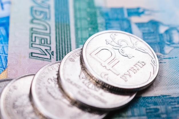 Русские деньги для иллюстрации и предпосылок финансовых и экономических новостей. монеты с символом российской валюты и различными векселями
