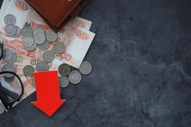 Российские деньги с надписью «рубль». экономический кризис. падение национальной валюты. волатильность. падение пары рубль к доллару.