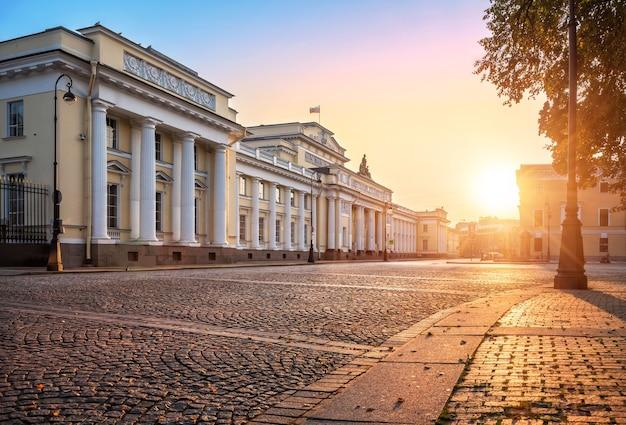 Русский этнографический музей в лучах осеннего рассветного солнца и мостовая в санкт-петербурге