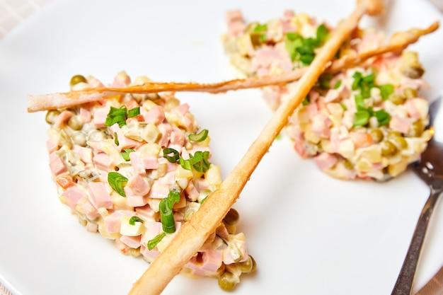 Русское новогоднее блюдо. салат оливье
