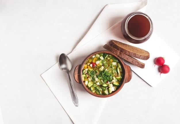 灰色の粘土カップにパンクワスと野菜とロシアのオクローシカ