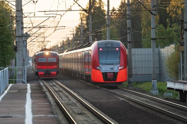 역에서 철도에 러시아 오래 된 통근 및 고속 전기 기차